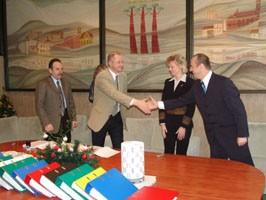 Druskininkų vandens pramogų parko statybos sutartį pasirašęs Lietuvos centrinės projektų valdymo agentūros direktorius A.Vitkauskas (antras iš kairės) su stambia investicija sveikino merą R.Malinauską ir Savivaldybės administracijos direktorę A.Vičiulienę